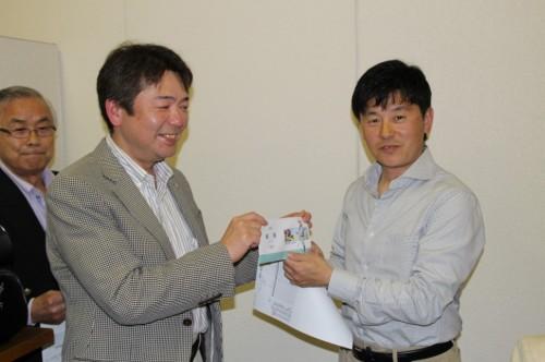 優勝した右川信司氏(右)と杉本会長(左)