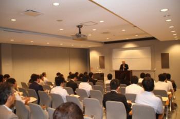 約43名が参加し熱心に大坪氏の講演に耳を傾ける