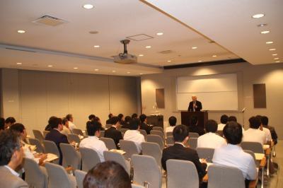 約43名が参加しし熱心に大坪氏の講演に耳を傾ける